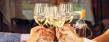 Egy pohár bor a barátokkal